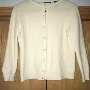 100% cashmere sweater with pearl buttons